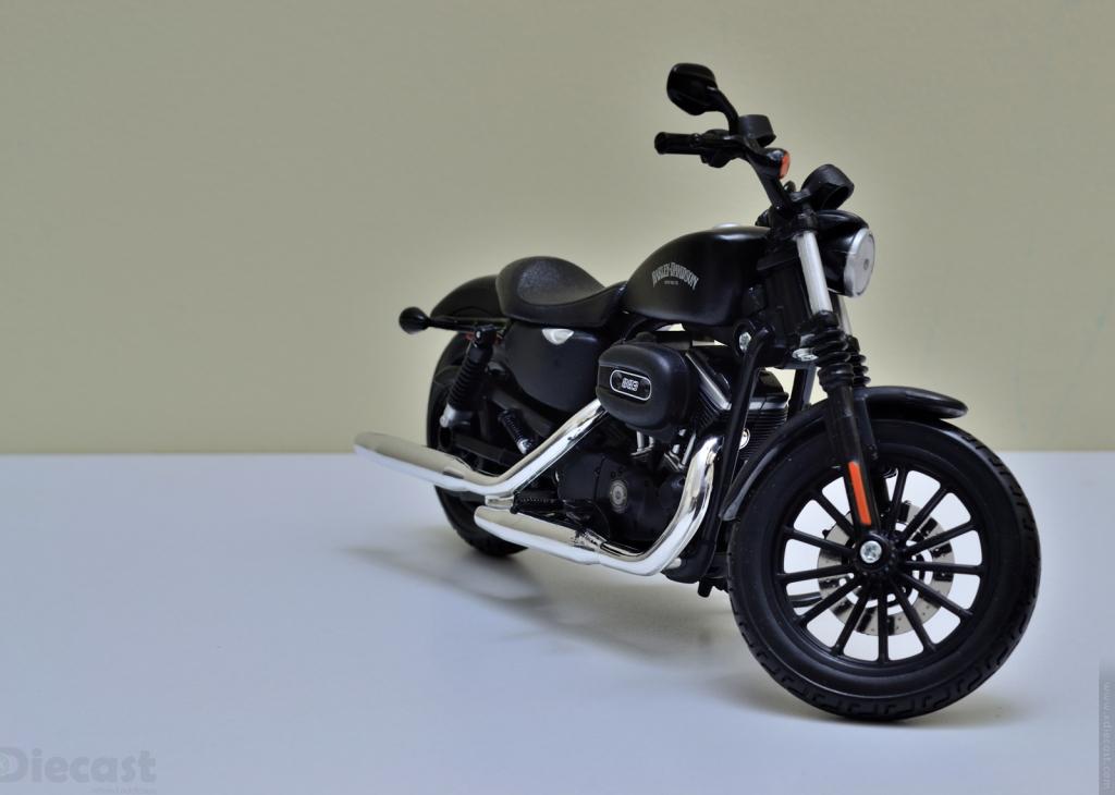 Maisto 1:12 Harley Davidson 2014 Sportster Iron 883 - Front View