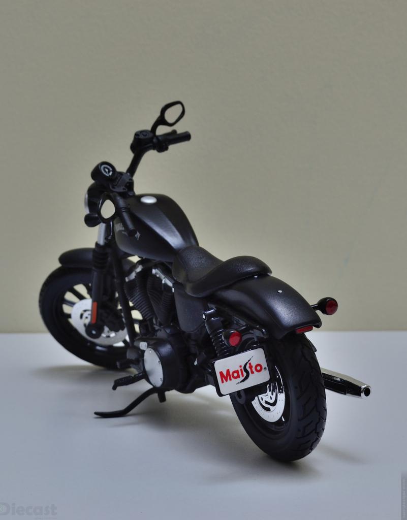 Maisto 1:12 Harley Davidson 2014 Sportster Iron 883 - Rear View