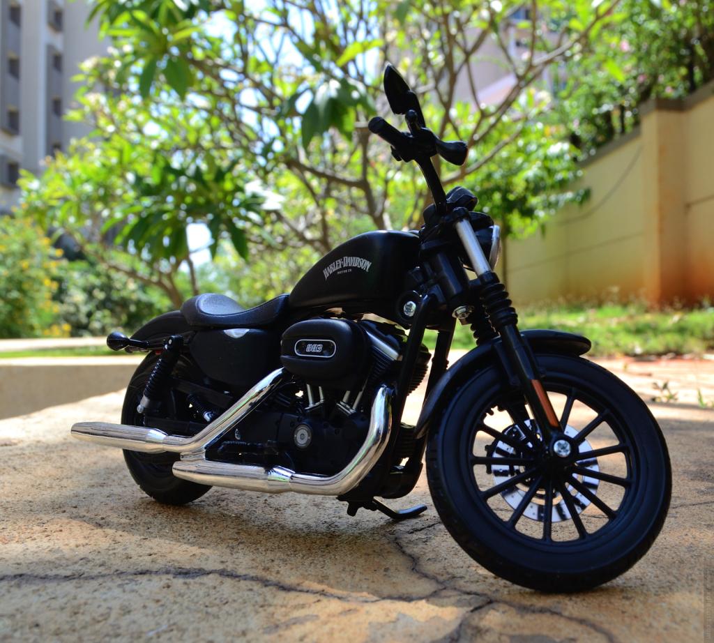 Maisto Harley Davidson Sportster Iron 883 2014 - Front 3/4 View