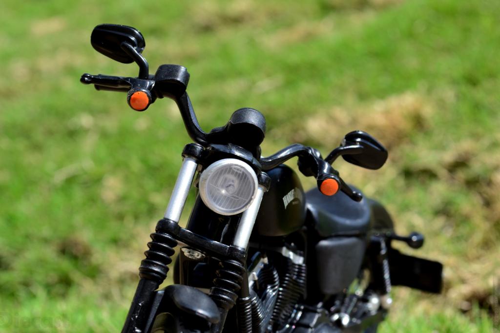 Maisto Harley Davidson Sportster Iron 883 2014 - Front Light