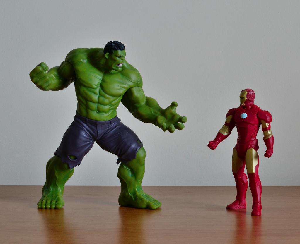 Crazy Toys Avengers - Age of Ultron Hulk Figure vs Iron Man Figurine