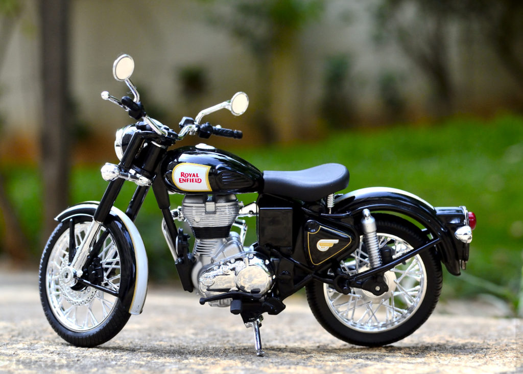 Maisto 1:12 Royal Enfield Classic 500 Diecast Bike Toy Photoshoot